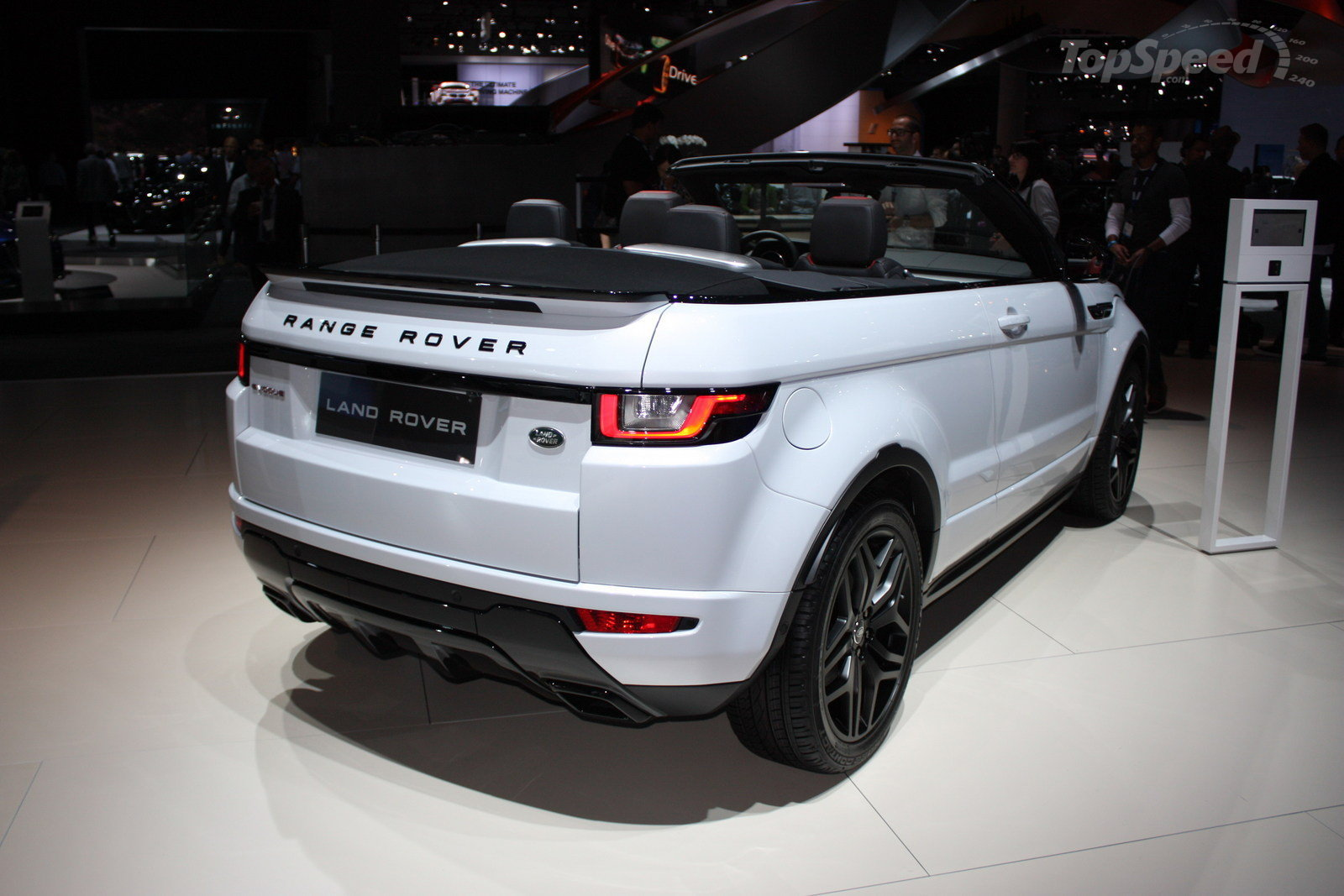 The Latest 2017 Land Rover Range Evoque Convertible Concept Refresh Brings Forth A Mulude Of Updates And Upgrades That Car Brands Hopes Will Help