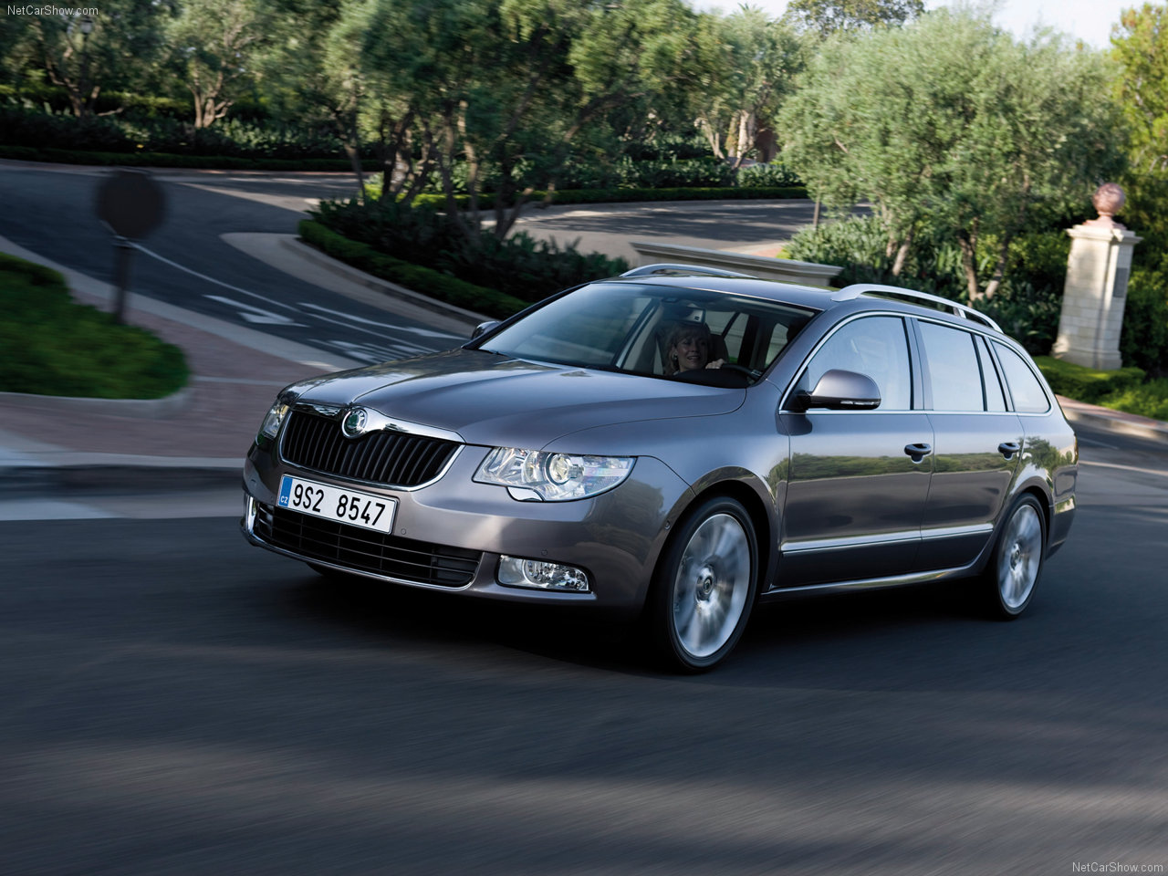 2010 Skoda Superb Combi photo - 3