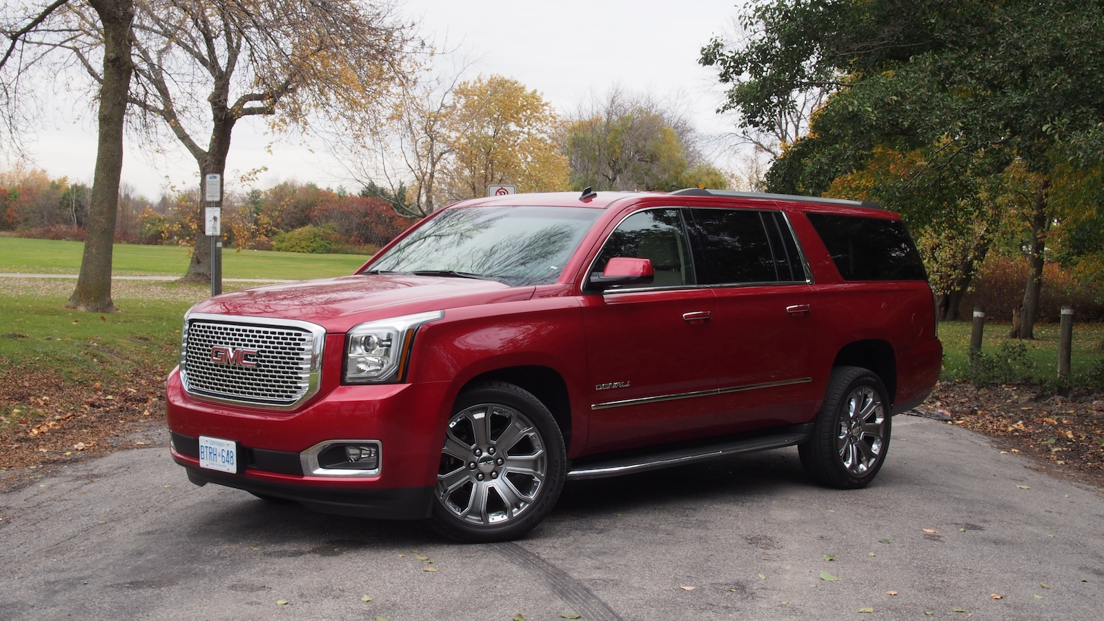 2015 GMC Yukon Denali photo - 2