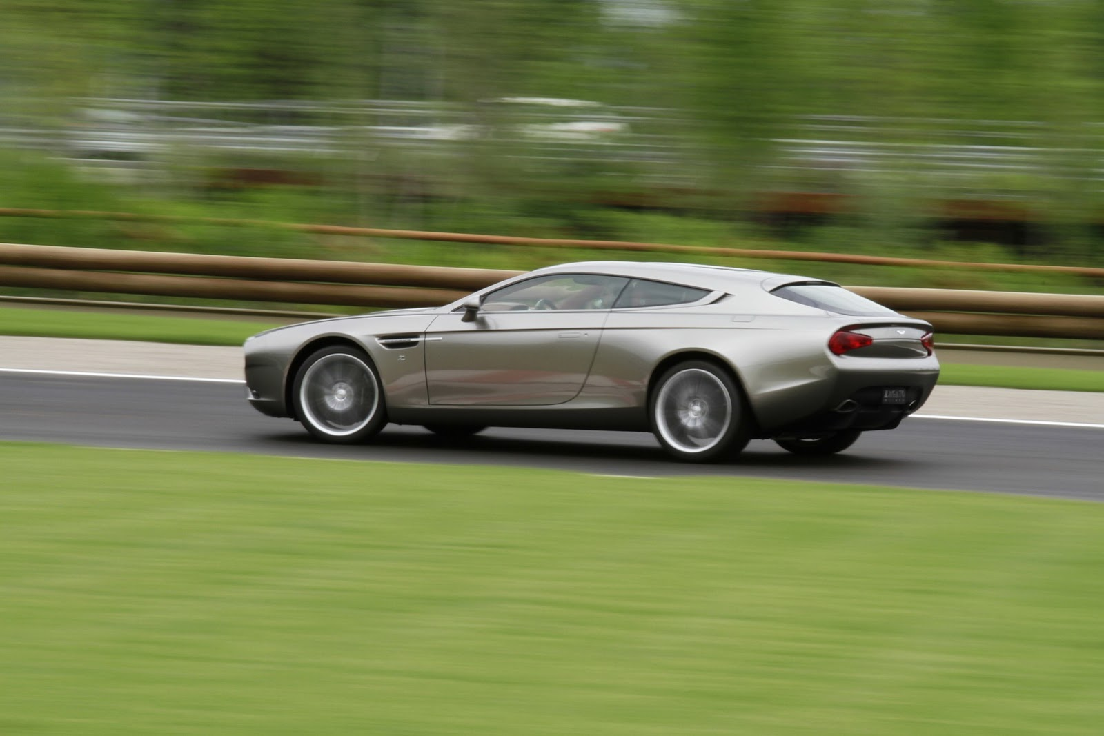 2017 Aston Martin V12 Zagato Concept photo - 2