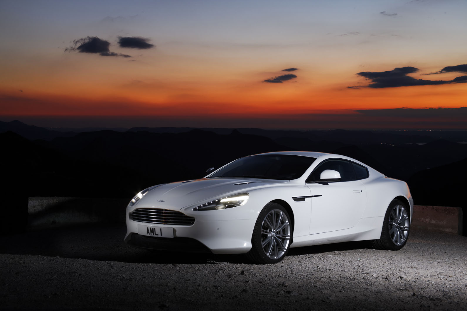 2017 Aston Martin Virage photo - 4