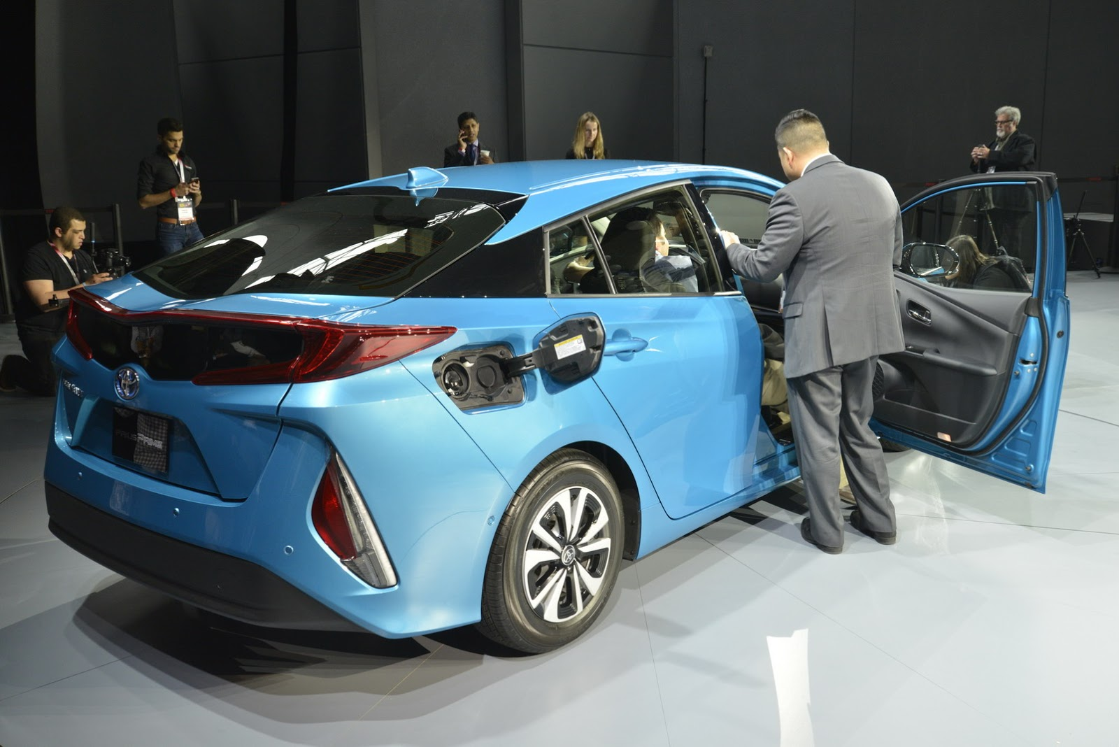 2017 Toyota Prius Plug In Hybrid Photo 2