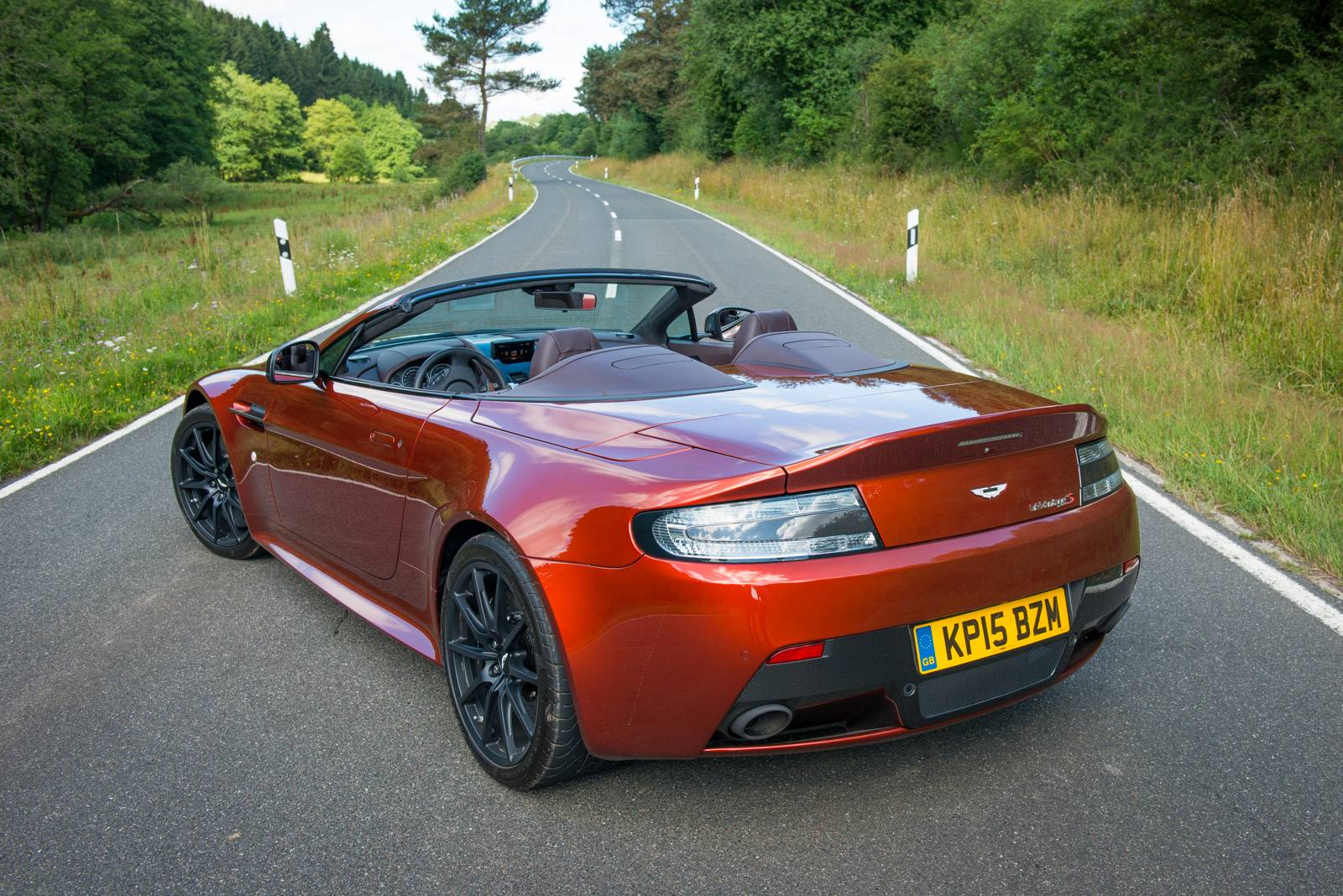 2019 Aston Martin V12 Vantage Roadster photo - 6