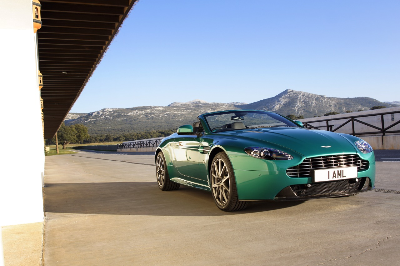 2019 Aston Martin V8 Vantage Roadster photo - 3