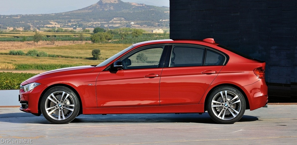2019 BMW 3 Series Compact photo - 3