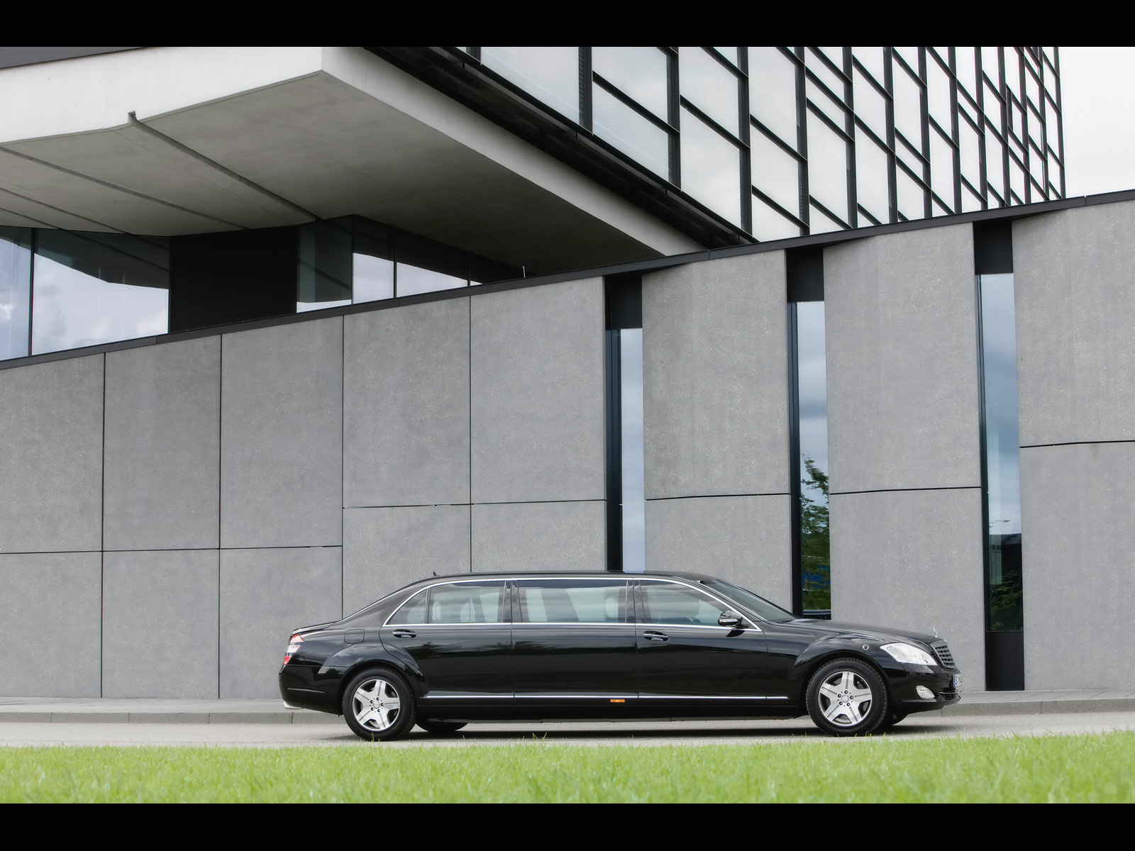 2019 Mercedes Benz S 600 Guard Pullman photo - 3