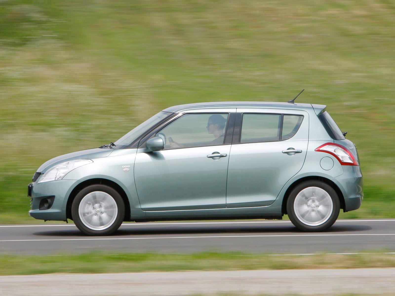 2019 Suzuki Swift photo - 3