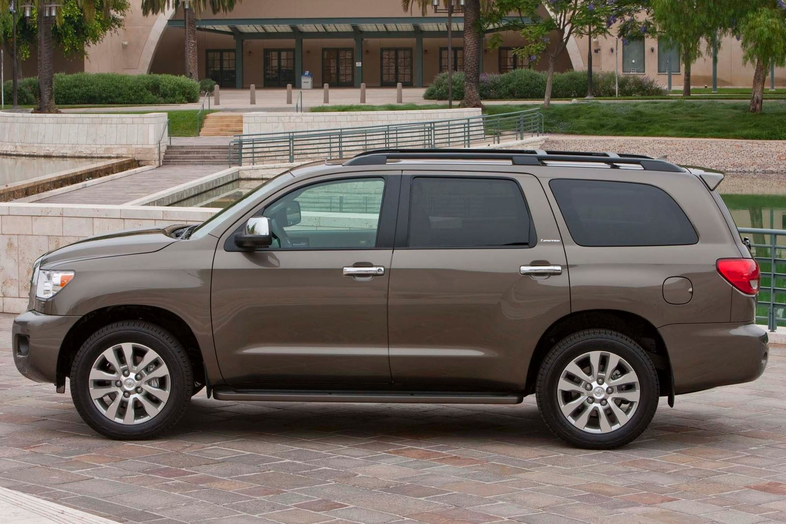 2019 Toyota Sequoia photo - 1